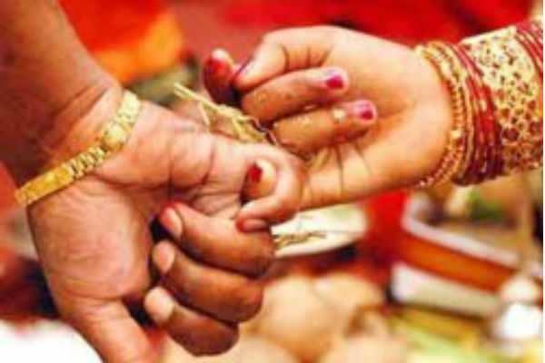 போலீஸ்க்கு கால் பண்ணி கல்யாணத்தை தடுத்து நிறுத்திய 11வயது சிறுமி...
