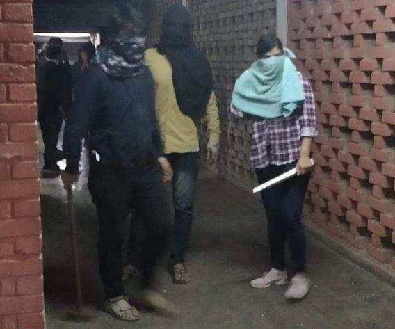 மாணவர்கள் மீது 70 பேர் கொண்ட முகமூடி கும்பல் கொலைவெறி தாக்குதல்