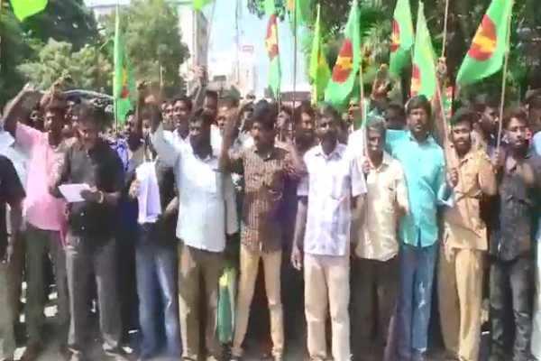 கோவை: மின்வாரிய ஒப்பந்த தொழிலாளர்கள் போராட்டம்- 100க்கும் மேற்பட்டோர் கைது