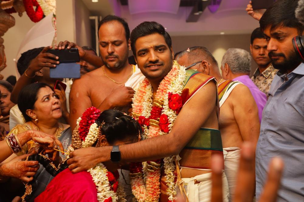 காமெடி நடிகர் சதீஷ் திருமணம்... நேரில் சென்று வாழ்த்திய பிரபலங்கள்