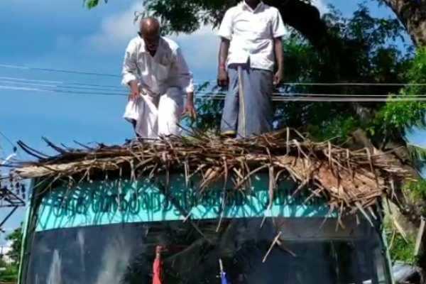 கும்பகோணம் : அரசுப் பேருந்துக்கு கீற்றுகள் வேயும் நூதன போரட்டம்
