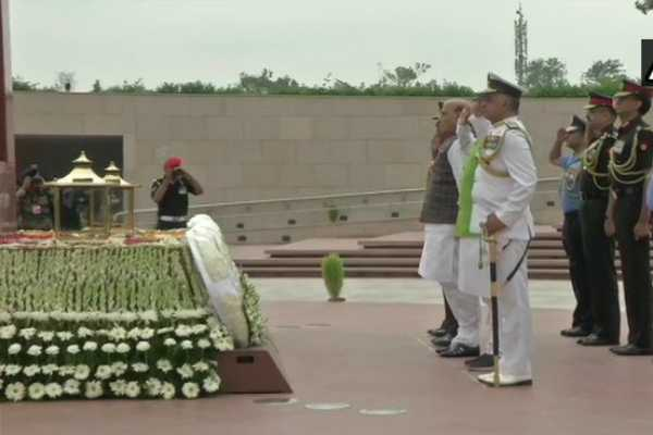கார்கில் போர் நினைவிடத்தில் அமைச்சர் ராஜ்நாத் சிங் மரியாதை!