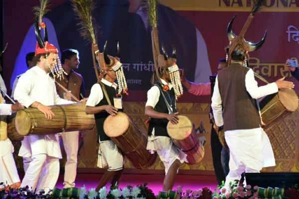 பழங்குடியினருடன் நடனமாடிய ராகுல்!