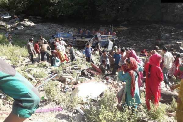 காஷ்மீர்: பள்ளத்தில் பேருந்து கவிழ்ந்து விபத்து; 33 பேர் பலி