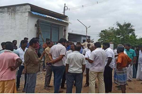 மது குடிக்க அரசு வாகனத்தில் டாஸ்மாக் சென்ற குடிமக்கள்!