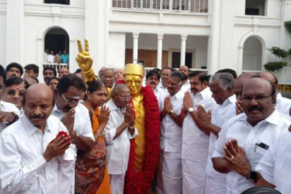 எம்.ஜி.ஆர். சிலைக்கு முதலமைச்சர் பழனிசாமி  மரியாதை!