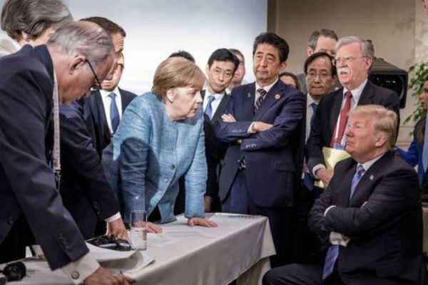 படம் பேசுது: 'உலகத் தலைவர்கள் நடுவே கைக் கட்டி இருக்கும் ட்ரம்ப்'
