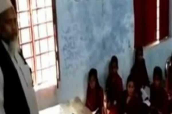 மாணவர்களை 'சலாம் அலேக்கும்' சொல்ல வற்புறுத்திய ஆசிரியரு்க்கு நோட்டீஸ்