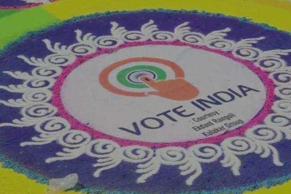 ரங்கோலி மூலம் ஓட்டுப் பதிவு விழிப்புணர்வு: கலக்கும் குஜராத்திகள்!