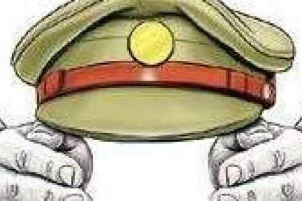 இருசக்கர வாகனத்தில் சென்றவர்கள் மீது தடியை வீசிய உதவி ஆய்வாளர் சஸ்பெண்ட்!