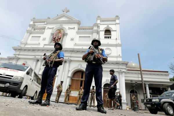 இலங்கை தொடர் குண்டுவெடிப்பு: 215 பேர் பலி; 450 பேர் படுகாயம் !