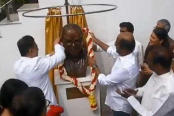 கே.பாலச்சந்தர் சிலையை திறந்து வைத்த கமல், ரஜினி!