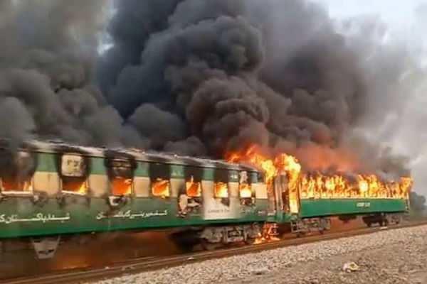 பாகிஸ்தான்: விரைவு ரயிலில் சிலிண்டர் வெடித்து விபத்து - 10 பேர் பலி!