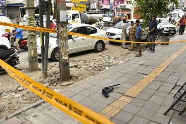 டெல்லி மெட்ரோ ரயில் நிலையம் அருகே துப்பாக்கி சூடு- 2 பேர் பலி