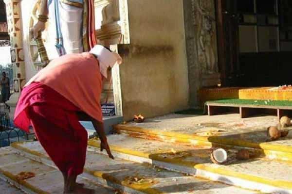 கோவில் வாசற் படியை ஏன் தொட்டுக் கும்பிட வேண்டும் ?