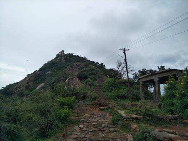 செங்குத்தான மலையில்... வரதராஜ பெருமாள் கோவில்...!