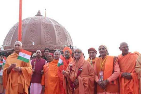 கும்பமேளாவில் குடியரசு தின விழா கொண்டாடிய சாதுக்கள்