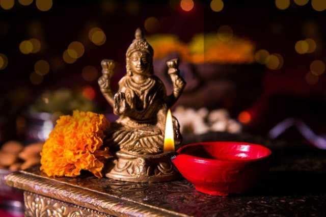 தீப ஒளி திருநாளில் சகல சம்பத்துக்களையும் தரும்  மஹாலட்சுமி  துதி