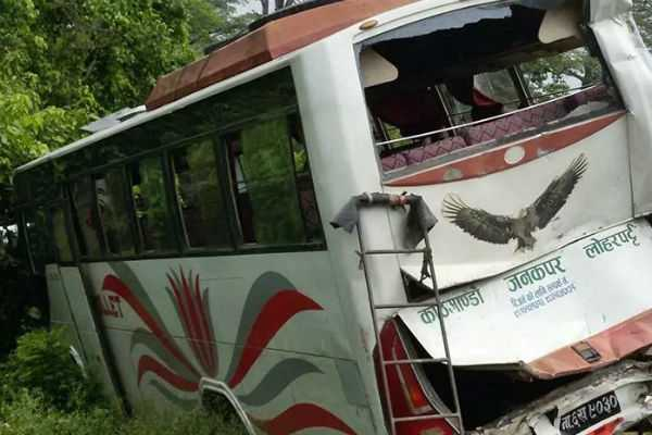 நேபாளம்: பஸ் மீது லாரி மோதல்; 2 இந்தியர்கள் உயரிழப்பு