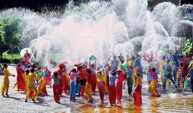 மியான்மரில் கோலாகலமாக தொடங்கிய தண்ணீர் திருவிழா