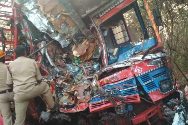 கர்நாடகாவில் லாரிகள் நேருக்கு நேர் மோதிய விபத்தில் 3 பேர் பலி