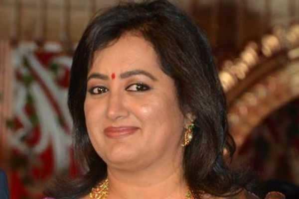 பிரபல நடிகை வேட்பு மனு தாக்கல் செய்தார்