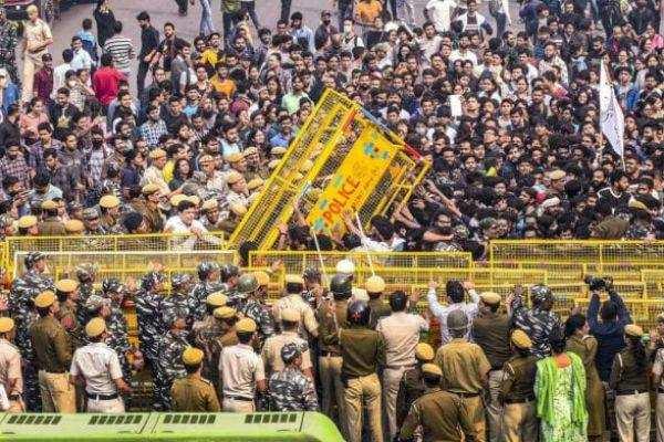 டெல்லி ஜவஹர்லால் நேரு பல்கலைகழகம் :மாணவர்கள் போராட்டம் !!!