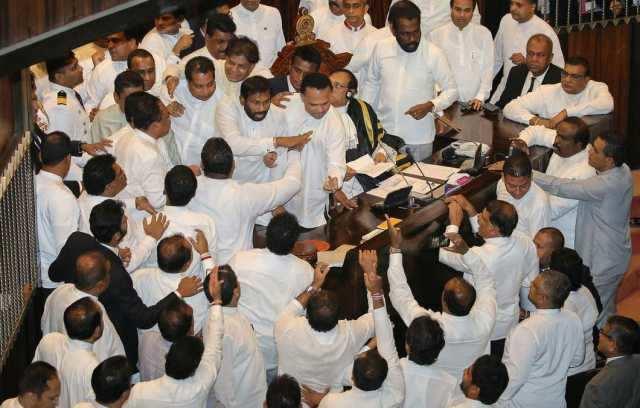 இலங்கை நாடாளுமன்றத்தில் சபாநாயகர் மீது நாற்காலி வீச்சு