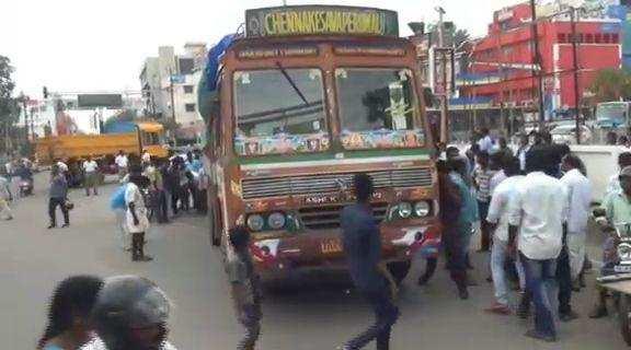 போலீஸ் துரத்திய லாரி தாறுமாறாக ஓடி பைக் மீது மோதியதில் ஒருவர் பலியான சோகம்