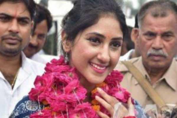 காஷ்மீர் விவகாரம்: காங்கிரஸ் பெண் எம்.எல்.ஏ வரவேற்பு!