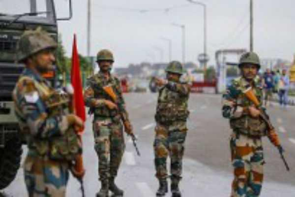 ஈழத்தமிழர் பகுதியில் துப்பாக்கி ஏந்திய வீரர்கள் ரோந்து: இலங்கை அதிபர்