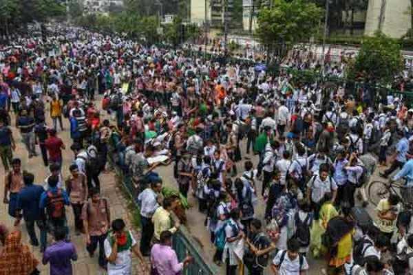 115 பேர் காயம்; இணைய சேவைகள் துண்டிப்பு: கலவர பூமியான வங்கதேசம்