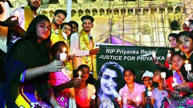 உயிரிழந்த பிரியங்கா ரெட்டிக்கு மெழுகுவர்த்தி ஏந்தி அஞ்சலி!!