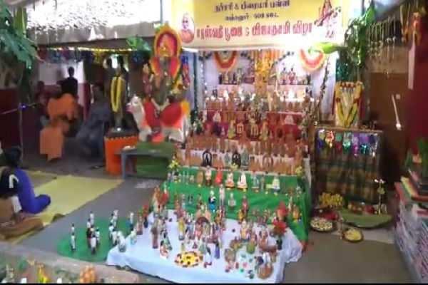 கும்பகோணம் : பள்ளியில் சமூக நல்லிணக்க கொலு அமைத்து சரஸ்வதி பூஜை!