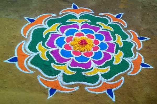 வீட்டிற்கு மஹாலட்சுமியை வரவழைக்கும் கோலம்