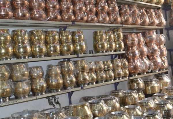 பொங்கல் பண்டிகைக்கு பல்வேறு வடிவங்களில் அனுப்பர்பாளையத்தில் பித்தளை பானைகள் விற்பனை