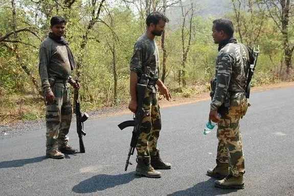 சத்தீஸ்கரில் நக்சல்கள் எண்ணெய் டேங்கரை வெடிக்க செய்ததில் மூன்று பேர் கொல்லப்பட்டனர்