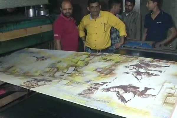 குஜராத்- வீரர்கள், போர் விமானம், பீரங்கிகளை அச்சிட்டு சேலைகள்