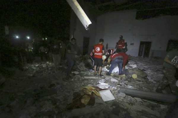 லிபியாவில் அகதிகள் முகாம் மீது வான்வழி தாக்குதல்- 40 பேர் பலி