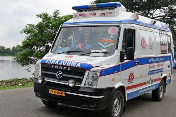 கரூர்: நடு ரோட்டில் தீ பிடித்து எரிந்த ஆம்புலன்ஸ்!