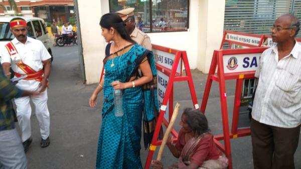 ஆதரவற்ற மூதாட்டியை அரவணைத்த மாவட்ட ஆட்சியர்!