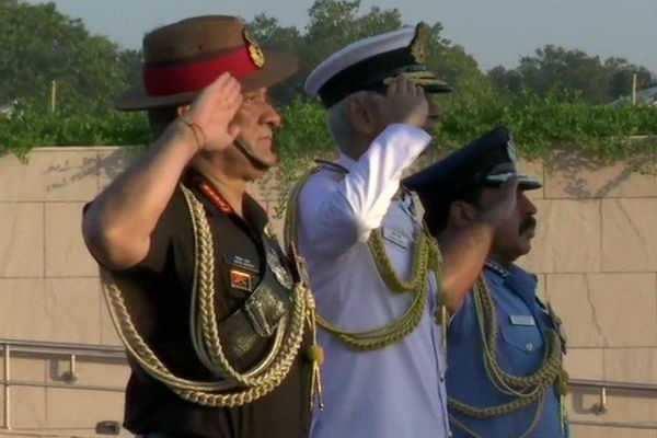 விமானப்படை தினம்: போர் நினைவிடத்தில் முப்படை தளபதிகள் மரியாதை!