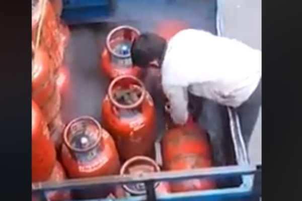சிலிண்டரை டெலிவரி செய்யும் முன்பே ஆட்டைய போடும் ஊழியர்கள்... அதிர்ச்சி வீடியோ...!