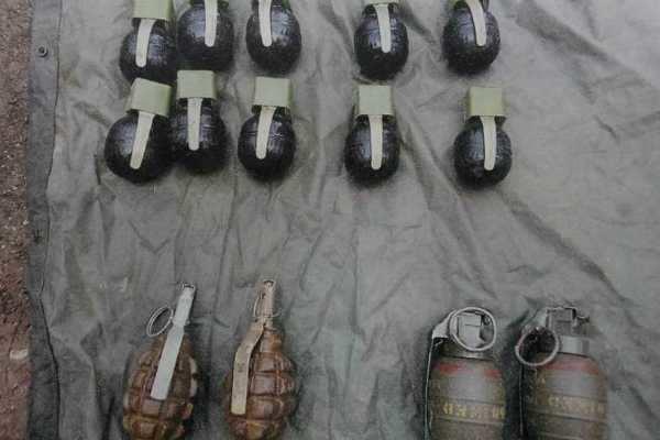 காவல் நிலையம் மீது தாக்குதல்: 3 பேர் படுகாயம்