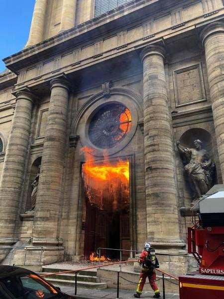 850 ஆண்டுகள் பழமையான தேவாலயம் எரிந்து நாசம்: பிரான்ஸ் அரசு கவலை!