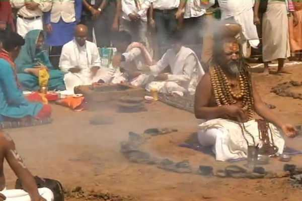 சாமியார்களுடன் பூஜையில் இறங்கிய காங்கிரஸ் வேட்பாளர்!