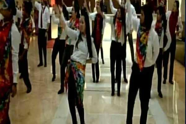 Section 377 Verdict குற்றமில்லை தீர்ப்பு: இளம்பெண்கள் நடனமாடிக் கொண்டாட்டம்