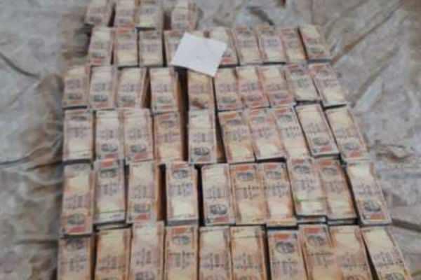 திமுக பிரமுகர் வீட்டில் திடீர் ரெய்டு..கட்டு கட்டாக சிக்கிய ரூ.1000 நோட்டுகள்..