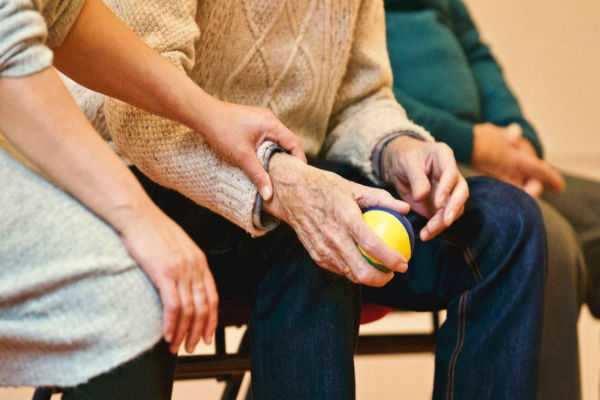 ஆஸ்திரேலியாவில் 92 வயது பாட்டியை அடித்ததாக 102 வயது தாத்தா கைது