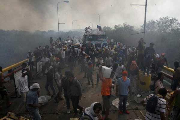 வெனிசுவேலா: நிவாரணப் பொருட்களுக்கு தீ வைப்பு; கலவரத்தில் 5 பேர் பலி